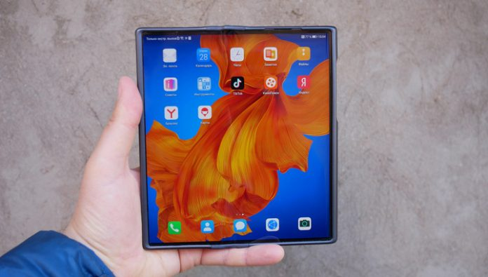 Browse folding smartphone Huawei Mate Xs: wrapped screen